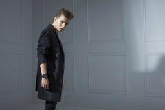 Giovane uomo alla moda che porta un rivestimento moderno Fotografia Stock Libera da Diritti