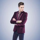 Giovane uomo alla moda con lo sguardo serio Immagine Stock
