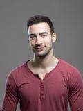 Giovane uomo alla moda felice della stoppia che sorride alla macchina fotografica Fotografie Stock Libere da Diritti