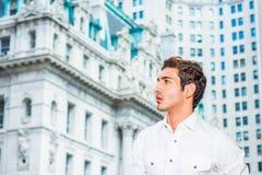 Giovane uomo americano che guarda in avanti a New York Fotografia Stock