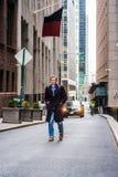 Giovane uomo americano che viaggia a New York nell'inverno Fotografia Stock