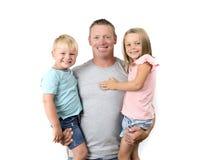 Giovane uomo americano felice ed attraente che tiene i suoi due bambini derivato adorabile di 7 anni un bello ed i suoi piccoli 3 Fotografia Stock Libera da Diritti