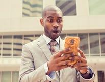 Giovane uomo ansioso di affari che esamina telefono che vede cattive notizie Immagine Stock Libera da Diritti