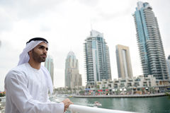 Giovane uomo arabo di Emirati che fa una pausa il canale Fotografia Stock