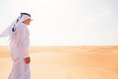 Giovane uomo arabo nel deserto Fotografia Stock