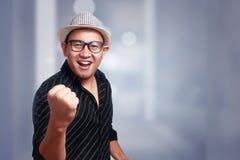 Giovane uomo asiatico che indossa Havana Hat Smiling Winning Gesture fotografie stock