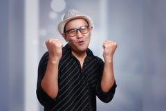 Giovane uomo asiatico che indossa Havana Hat Smiling Winning Gesture fotografia stock