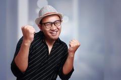 Giovane uomo asiatico che indossa Havana Hat Smiling Winning Gesture fotografia stock libera da diritti