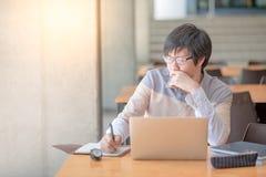 Giovane uomo asiatico che lavora con il computer portatile in istituto universitario Fotografie Stock