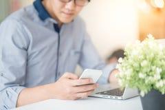 Giovane uomo asiatico che lavora nella caffetteria Immagine Stock