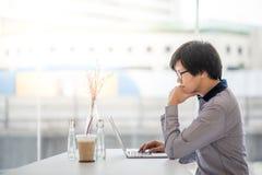 Giovane uomo asiatico che lavora nella caffetteria Fotografie Stock