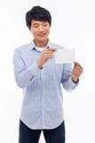 Giovane uomo asiatico che mostra carta vuota. Immagini Stock Libere da Diritti
