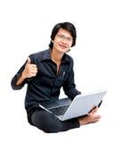 Giovane uomo asiatico con il computer portatile Immagine Stock Libera da Diritti