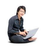 Giovane uomo asiatico con il computer portatile Fotografia Stock