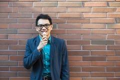 Giovane uomo asiatico con il gelato Immagini Stock