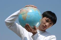 Giovane uomo asiatico con un globo Immagine Stock