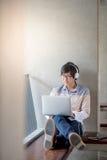 Giovane uomo asiatico dello studente che utilizza computer portatile nell'istituto universitario Fotografia Stock Libera da Diritti