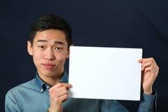Giovane uomo asiatico divertente che mostra la pagina dello spazio della copia immagini stock libere da diritti