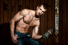 Giovane uomo atletico che fa allenamento con la testa di legno pesante Fotografia Stock Libera da Diritti