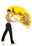 Giovane uomo atletico sexy con il ventilatore giallo fotografia stock libera da diritti