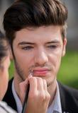 Giovane uomo attraente durante la sessione di trucco Fotografia Stock Libera da Diritti