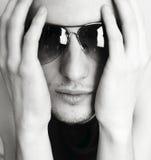 Giovane uomo attraente in vetri Fotografia Stock