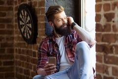 Giovane uomo barbuto alla moda fotografia stock libera da diritti