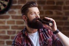 Giovane uomo barbuto alla moda fotografie stock libere da diritti