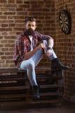 Giovane uomo barbuto alla moda immagini stock libere da diritti