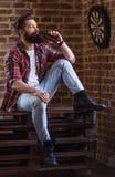 Giovane uomo barbuto alla moda immagini stock