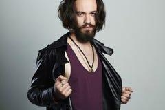 Giovane uomo barbuto alla moda in bomber hipster immagine stock