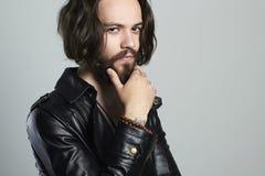 Giovane uomo barbuto alla moda in cuoio hipster Ragazzo bello immagini stock libere da diritti