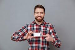 Giovane uomo barbuto allegro con il biglietto da visita del copyspace Fotografie Stock Libere da Diritti