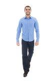 Giovane uomo barbuto arabo di affari nella camminata blu della camicia isolata Fotografia Stock Libera da Diritti