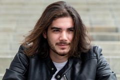 Giovane uomo barbuto bello che posa fuori sullo spazio della copia fotografia stock libera da diritti