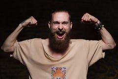 Giovane uomo barbuto bello dei pantaloni a vita bassa in studio Fotografia Stock Libera da Diritti