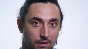Giovane uomo barbuto che esamina macchina fotografica e le strizzatine d'occhio Fine in su archivi video