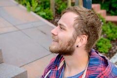 Giovane uomo barbuto che sembra rexaxed Fotografia Stock