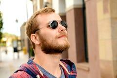 Giovane uomo barbuto con gli occhiali da sole Fotografia Stock Libera da Diritti