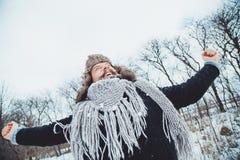 Giovane uomo barbuto divertente nell'inverno in natura Immagini Stock