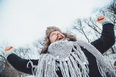 Giovane uomo barbuto divertente nell'inverno in natura Fotografie Stock Libere da Diritti