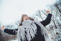 Giovane uomo barbuto divertente nell'inverno in natura Fotografia Stock Libera da Diritti