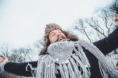 Giovane uomo barbuto divertente nell'inverno in natura Immagine Stock