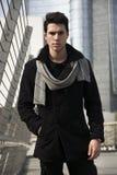 Giovane uomo bello alla moda nella condizione nera del cappotto fotografia stock