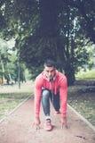 Giovane uomo bello attivo in parco immagini stock