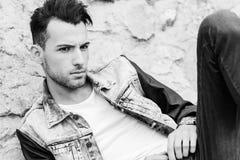 Giovane uomo bello attraente, modello di modo in backgro urbano Immagini Stock Libere da Diritti