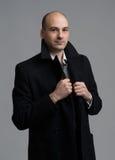 Giovane uomo bello in cappotto fotografia stock libera da diritti
