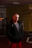 Giovane uomo bello caucasico muscolare con la maglia con cappuccio fotografia stock libera da diritti
