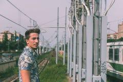 Giovane uomo bello che posa in una stazione della metropolitana Fotografia Stock