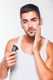 Giovane uomo bello che sistema la sua barba Fotografia Stock Libera da Diritti